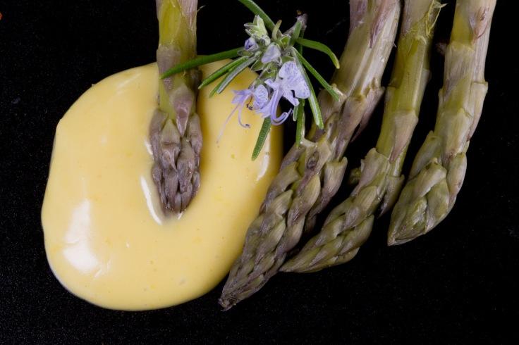 """Asperges et mayonnaise suivant la recette d'Eric Trochon, émission """"on va déguster"""" sur France Inter, photo Serge Briez ® Cap médiations 2016"""